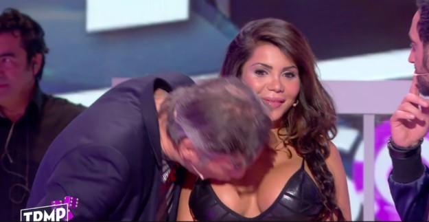 男子想親這位像豐臀金的性感女子卻遭拒絕,最後「直接親胸部」超變態!(影片)