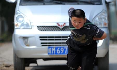 15位世界上最強壯的小孩 輕輕一推就可以讓你「在空中狂飛幾公尺」