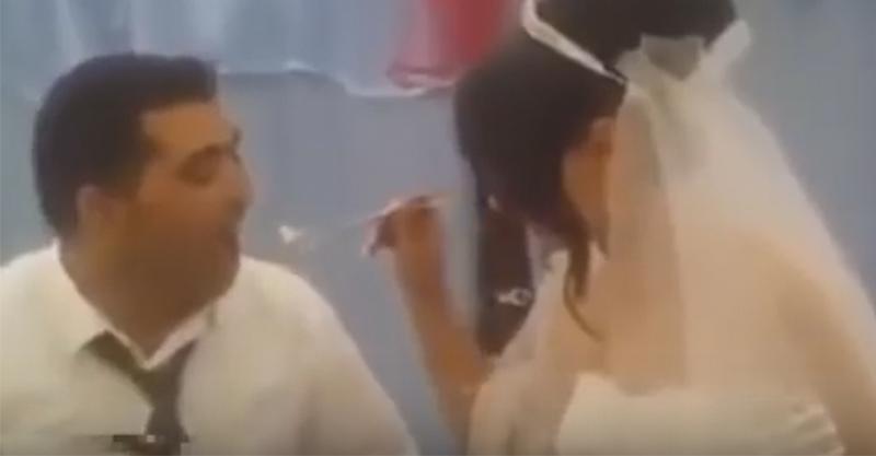 婚禮還沒結束新郎竟然爆露「兇狠真面目」一掌揮下新娘的手,讓全場來賓不知道該怎麼辦...