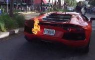 男性僕從開主人「價值2600萬藍寶堅尼」開得太爽,下一秒著火「他下車尖叫」!