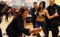 兩名20歲火辣女性在紐約投票所「裸上身抗議川普」不該選上,警衛不知道該抓哪超尷尬。(6張)