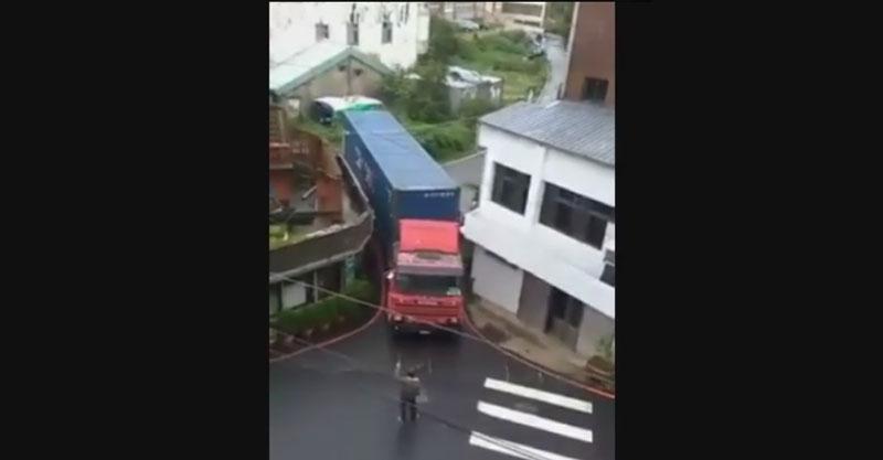 巨無霸貨櫃車在小巷子裡倒退「讓人停止呼吸」,退N次開出來時6萬網友狂按讚!