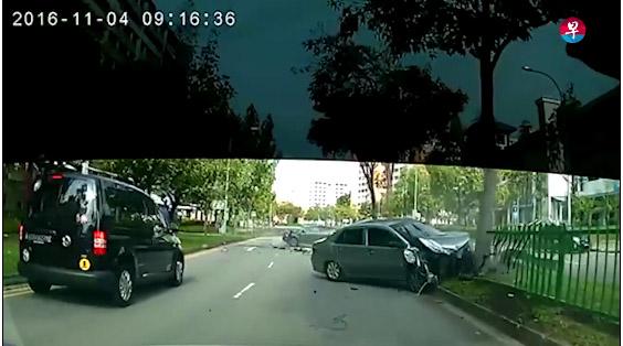 巴西街道一車橫跨兩車道「撞噴鐵桿插車」驚險車禍,全因一條iPhone充電線...