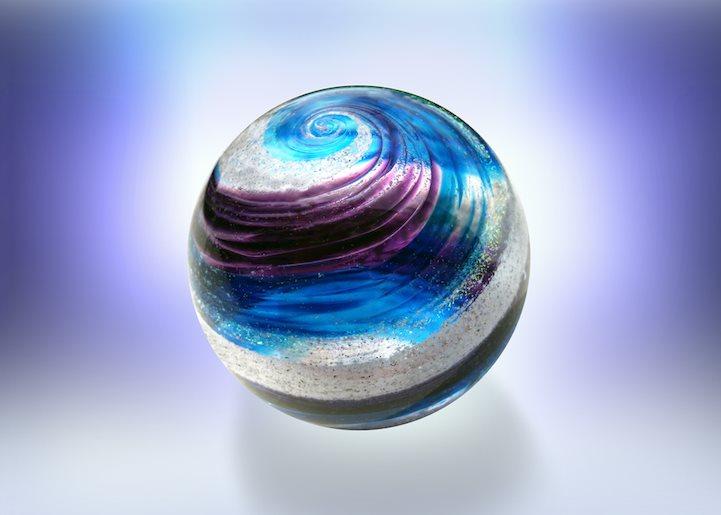 走也要走得很美!死後做成「炫彩骨灰玻璃球」心型的美到不像話