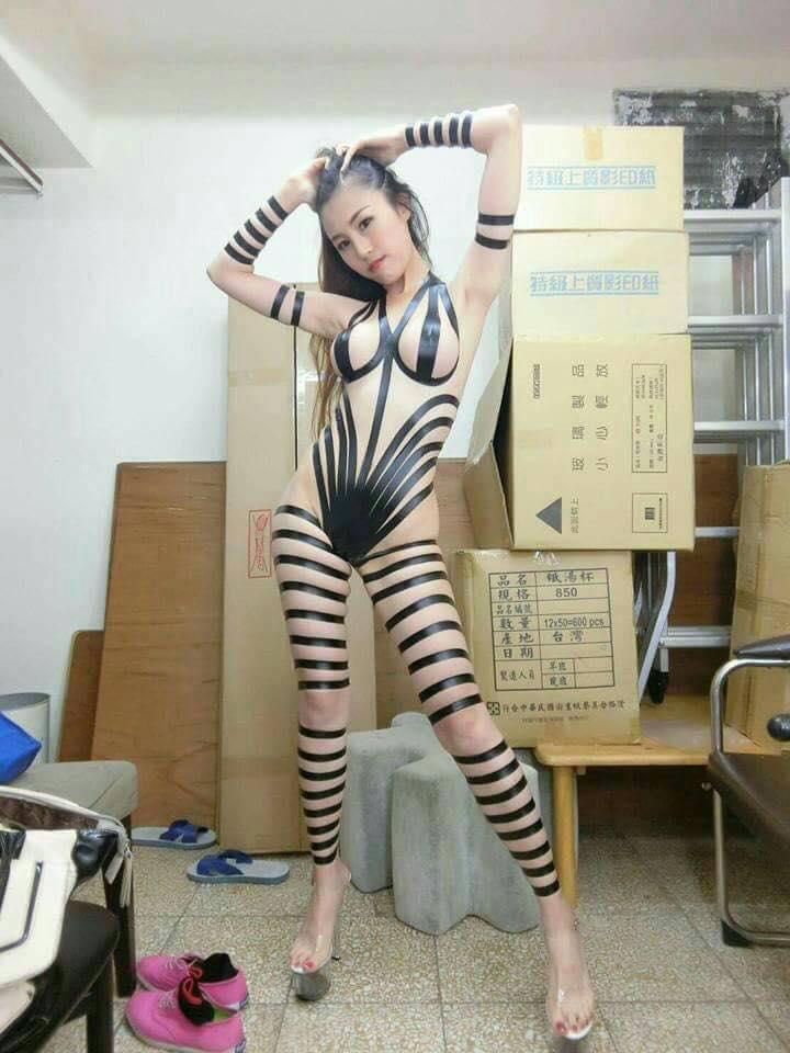 正妹大膽展現用膠帶做出的「時尚春裝」,網友看完不小心「重點全偏」...