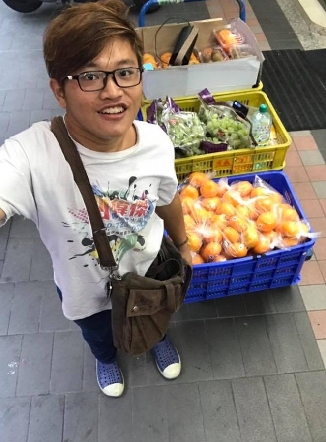 半殘男生「每天跛走20公里賣水果」燃燒生命賺學費讀書,「不幸45萬元積蓄全被騙光」但仍不放棄!