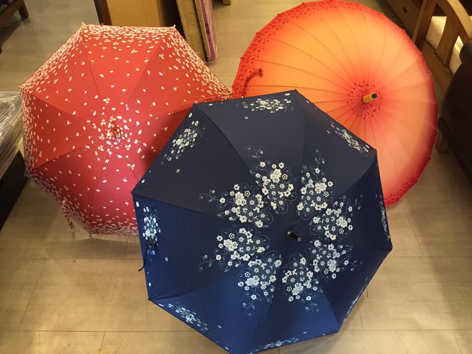 腦麻阿伯出來賣傘但站半天都沒人理,吃力認真介紹「超精緻手工傘」現在想買還得排隊!