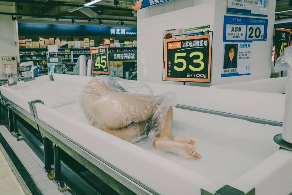 賣場生鮮攤販驚現「鮑鮑外露全裸女」!「脫光光售出真相」引起兩派網友激辯大戰!