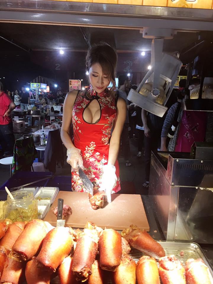 火辣正妹在10元碳烤擔當「一日店長」,當天影片太辣網友說:「不用加辣,已經大辣...」