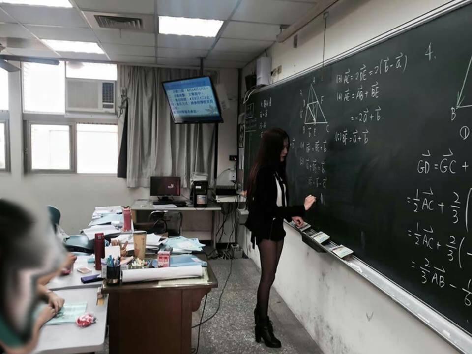 超正數學老師照片傳上網,網友看到本人正面照:「比想像中正!」