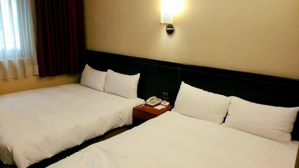 跟心上人出遊故意訂「1大床」,慘遭櫃檯「升級豪華房」。