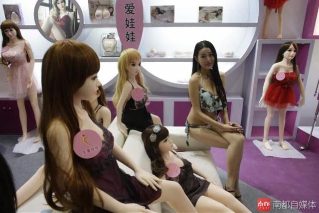 21張愛愛展出現的各種「根本真實充氣娃娃+性感Show Girl」,#6有阿伯褲子那邊怪怪的...