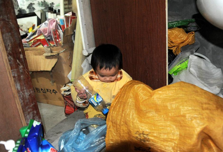 罹患心臟病2歲女童「每天上街撿空瓶子」3個月只賺50元,離死期只有1年!