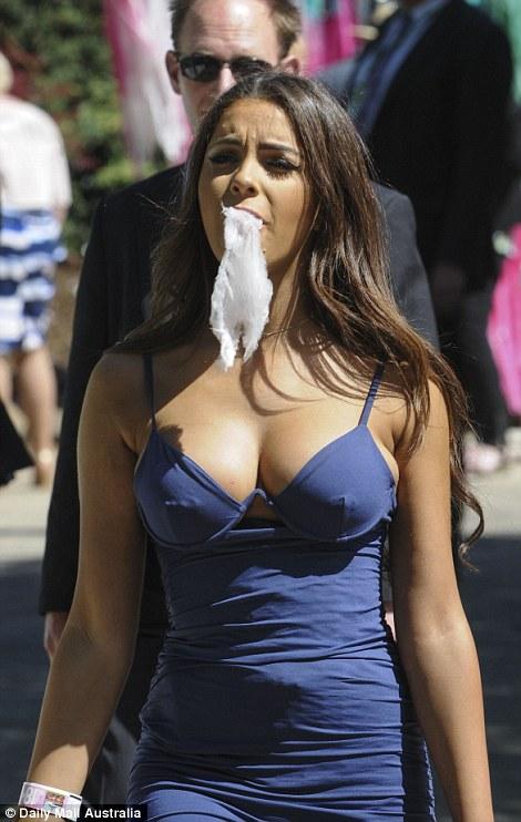 當天記者報導節日但網友全只看到魅力爆表「棉花糖女孩」,被肉搜出真正身分...
