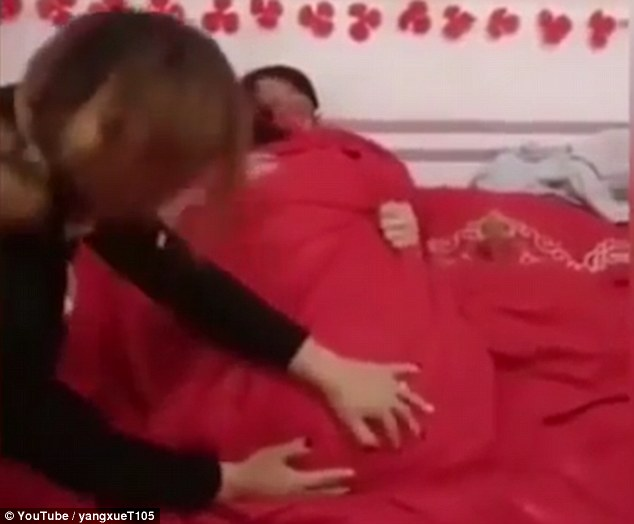 中國新婚男女被鬧洞房,親友圍觀還拉被子想確認有在做...