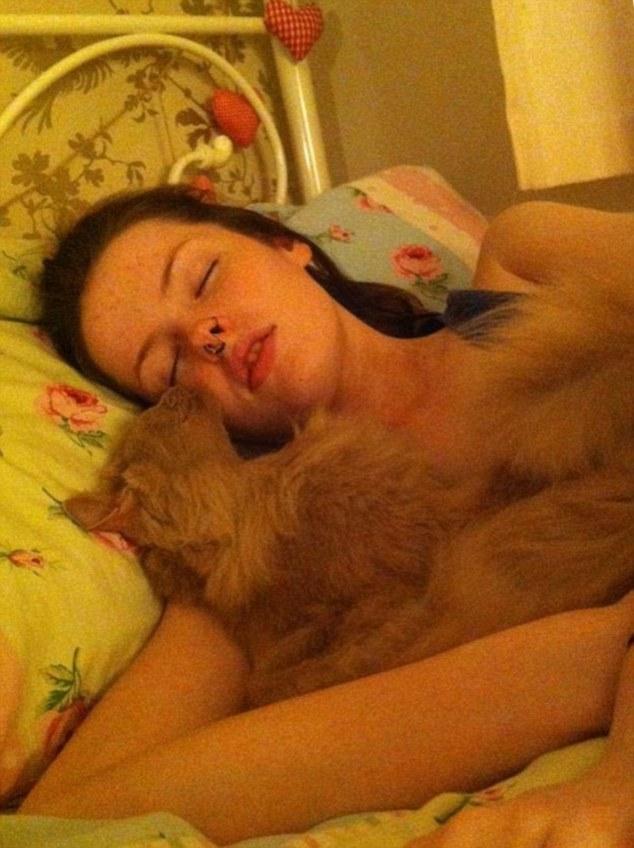 22歲睡美人「一睡就是6個月」 13年「一天只清醒2小時」醒來性情大變!