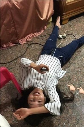 正妹吃麻油雞吃到醉「被姊出賣」!抬起頭翹起蓮花指電暈2萬網友:「看完也跟著醉了」!