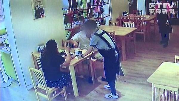 奧客火速吃完配料向店員抱怨「怎麼只有白飯?」要退費,老闆「老娘不好惹」讓他們後悔逃跑!