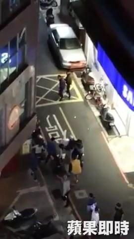 祖孫「違規過馬路被撞」親友失控圍毆騎士,最後出動「快打部隊」才平息衝突。(影片)