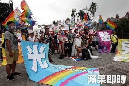 國中女老師「上空挺同性結婚」與萬人一同遊行,堅定的說「做好不被續聘的心理準備!」