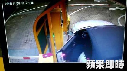 (非趣味) 男子開車出停車場過收票亭時,一不小心傷到命危!(影片)