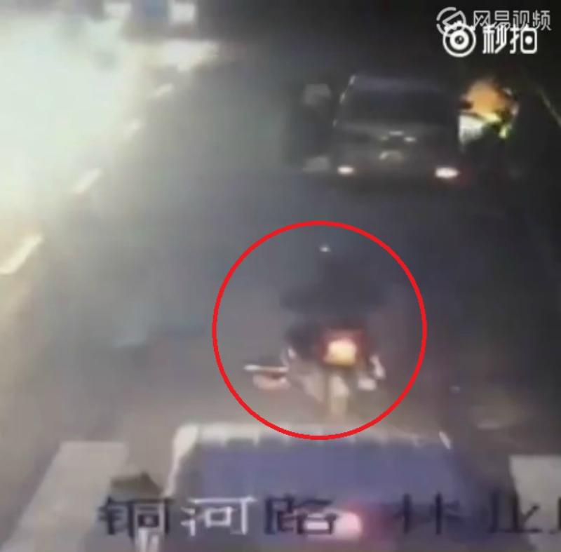 中國女子在路上被「兩台車輾過」後,救護車開過「不關我事」。(影片)