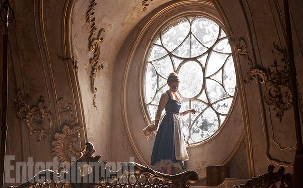 12張《美女與野獸》真人版電影劇流出!穿上經典金色禮服的艾瑪美到讓人窒息!
