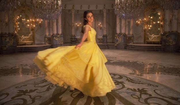 《美女與野獸》金色經典禮服「有瑕疵」網友不爽,「艾瑪華森完美回應」贏得全網路支持!