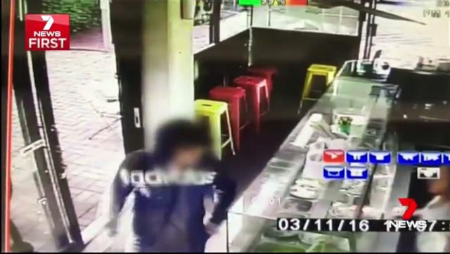老闆娘遇小偷恐嚇「我有一把刀快給我錢」,老闆隨後拿出切肉刀追喊「你有一把刀,但我有兩把!」