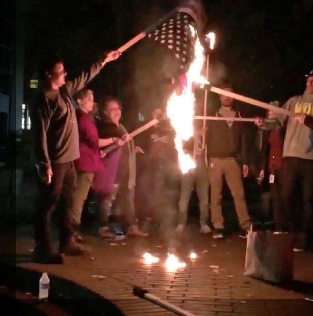 川普當選後美國暴動了,大批民眾燒國旗洩憤大喊「X川普」!英國人也不爽到極點!