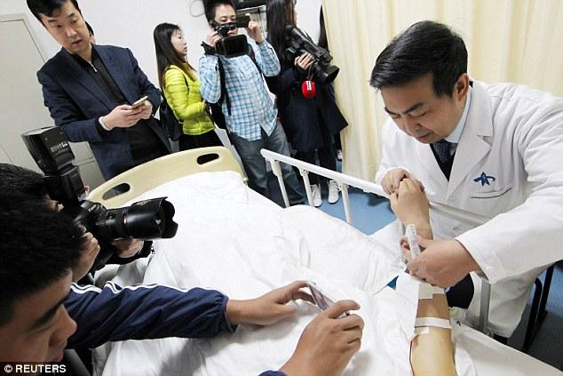 """中国医生""""在他手臂上种植耳朵"""",新的医学时代来临了!"""