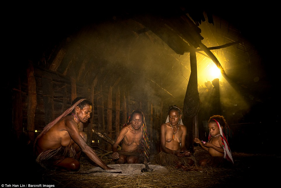 16張與世隔絕「印尼傳統食人族部落」驚人照,「有親人死女性就要剁手指」男人從小GG戴套!