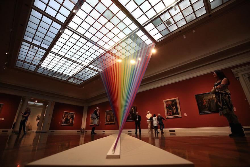 博物館裡面沒濕氣但出現了「能摸到的永生彩虹」!近看人的大腦會受不了!
