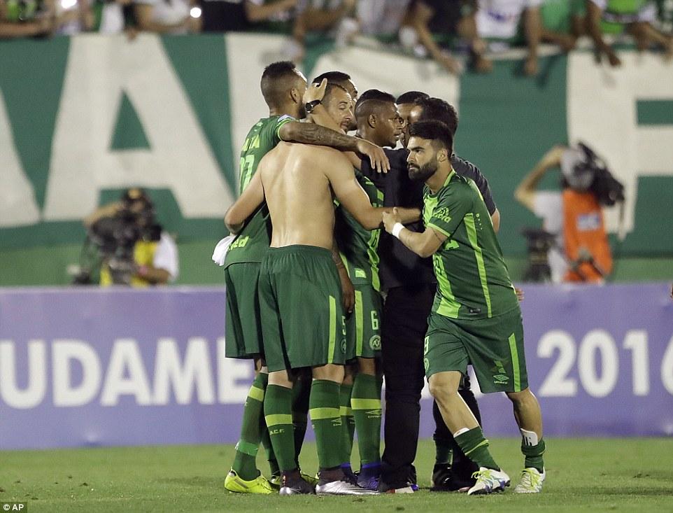 巴西足球隊空難全國哀悼3天,對手棄權籲「冠軍頒給查比高恩斯隊」致意...