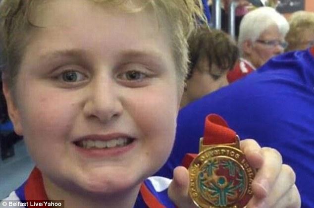 9歲自閉男童「游泳比賽得第一」卻慘遭沒收金牌,理由是「游太快」...