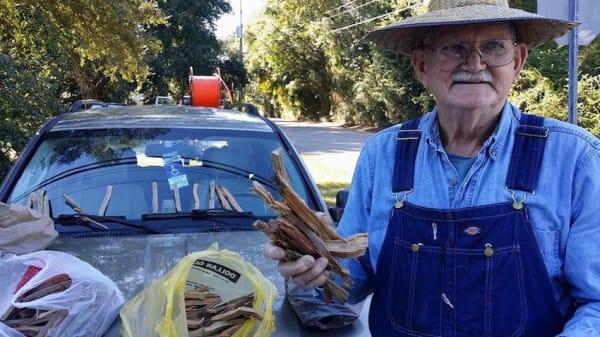 80歲老先生每天在路邊賣5美元木頭支付妻子的醫療費用,妻子已離世但他還是站在路旁讓所有人都心碎了...