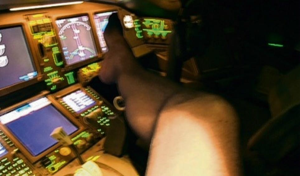 51歲機長在座艙拍了這些髒髒「直立的GG」照,色色書放到控制台上讓人看到坐飛機的風險。