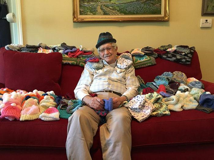 86歲老爺爺每天花3小時「親手編織小帽子」不喊累 每頂帽子都拯救一名寶寶