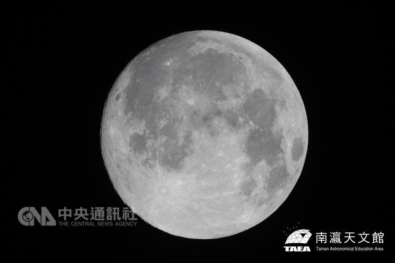 68年來最大「超級月亮」就在現在,快出去看!三天過後還能再享有「獅子座流星雨」!