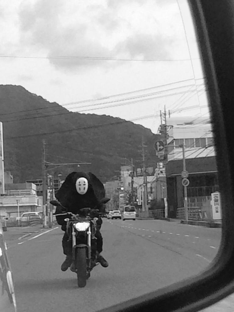 日本網友捕獲「野生無臉男」出沒,回頭一看居然還騎摩托車追上來...