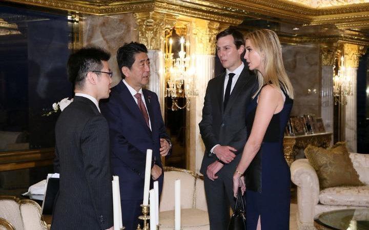 川普與日本首相開會時拍下的照片,女兒伊凡卡變成「副總統」讓網友憤怒了!