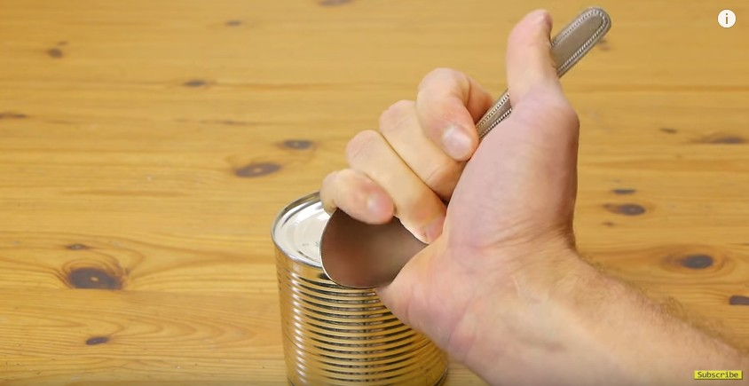 沒開罐器如何開罐頭?救命的必學「湯匙開罐頭」小弊步!