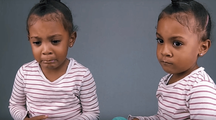 超過500萬次觀看的雙胞胎影片,無法接受比姐姐「年輕一分鐘」的反應萌到心底裡!