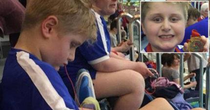 9歲自閉童「游泳比賽得第一」卻遭沒收金牌 理由是游太快