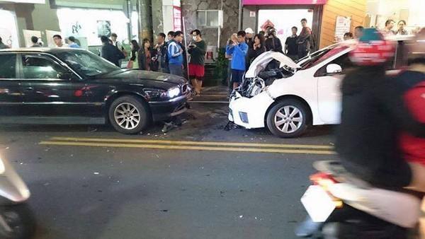 BMW叭一下「慘遭屁孩砸車」暴怒迴轉「4次衝撞」撞爆豐田,網友說:「很溫馨!」(影片)