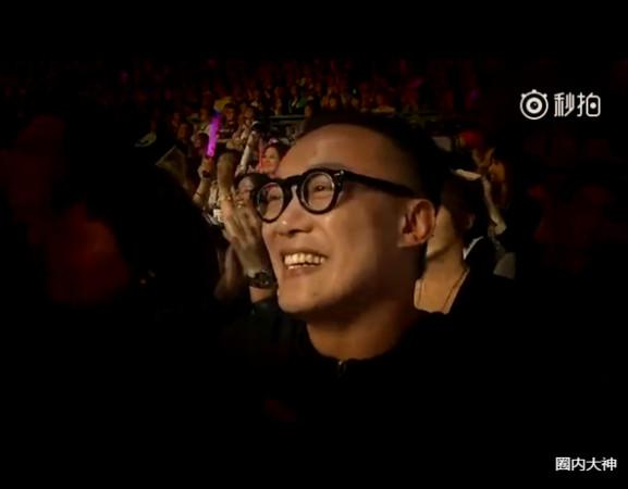 歌王陳奕迅偷偷出現在周杰倫演唱會上,周董說「你以為我要唱你的歌 (淘汰),不是喔!」
