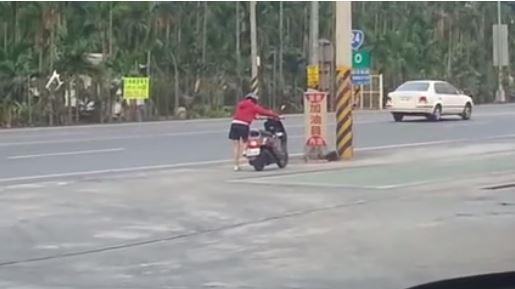 女子一直狂踩想發動機車,眼尖網友一看表示:「你踩的是中柱...」(影片)