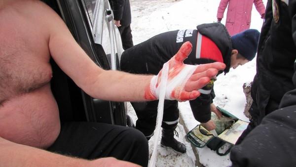 狗狗「跌入冰池爬不出來」快凍死,戰鬥民族大叔直接「霸氣讓他咬手」爆血救上岸!