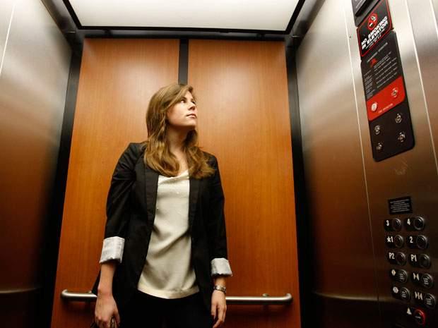 4個遇到「電梯墜落時」用邏輯絕對想不到的「正確自救方法」 直直站著最危險!