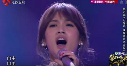 楊丞琳跟李克勤合唱經典《溫柔》突然爆發,網友驚:「不知道她有這麼強!」